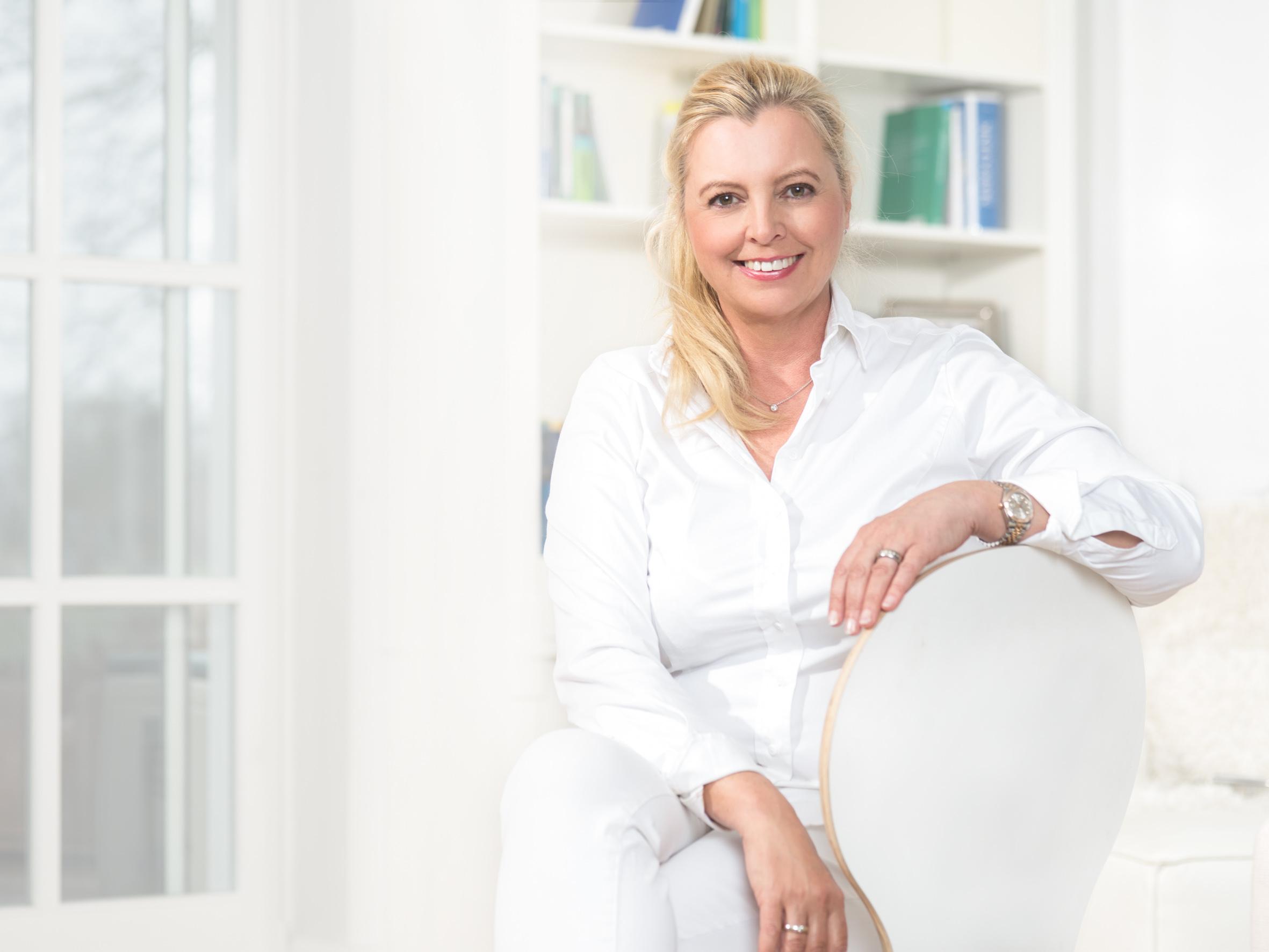 Eva Stuhr auf weissem Sessel
