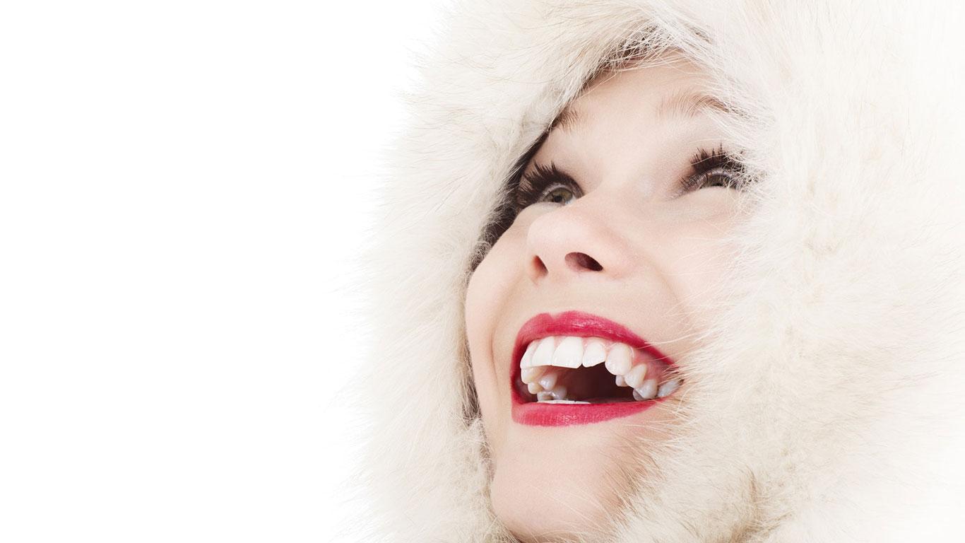 Junge Frau lächelt nach oben