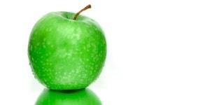 grüner Apfel auf weißem Hintergrund