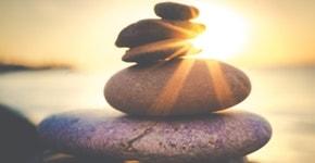 Geschichtete Steine vor Sonnenuntergang